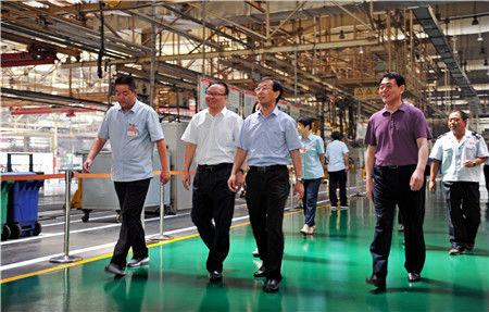 1河南省国税局党组书记、局长张有乾(左二)深入中国一拖集团公司调研