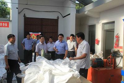 1  新安县委书记刘冠瑜(左二)在南李村镇王坟村调研扶贫加工点工作