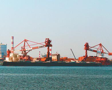 作为日本第三大钢铁企业,神户制钢所的客户包括丰田汽车、三菱重工、东海旅客铁道公司等。图为一艘散货船停靠在神户制钢所的工厂码头。
