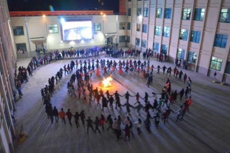 莲峰书院通过入住书院四个系部共同举办篝火和锅庄舞会。供图 甘肃民族师范学院学生处