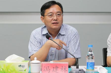 1、苏宿工业园党工委书记、管委会主任冯建林介绍园区情况 摄影 陈瑜