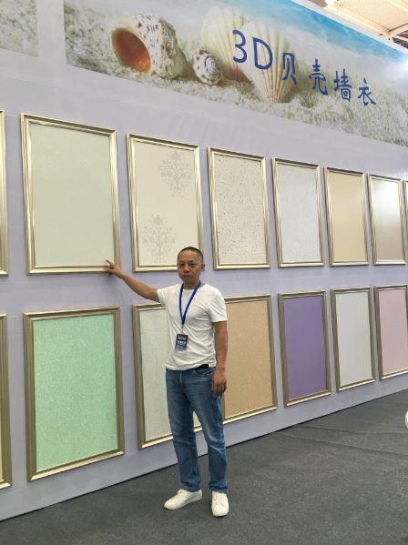 李金旺在介绍不同类型的3D贝壳墙衣