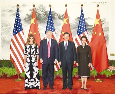 11月9日,国家主席习近平在北京人民大会堂东门外广场举行欢迎仪式,欢迎美利坚合众国总统唐纳德·特朗普对中国进行国事访问。这是习近平和夫人彭丽媛在人民大会堂同特朗普夫妇合影。