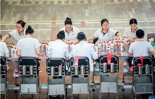 22 工人们在茅台的包装车间里工作。视觉中国