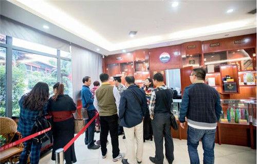 23 在茅台镇中国酒文化城的游客服务中心内,经常可以看到排队购买名酒的游客。视觉中国