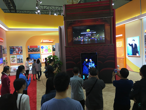 康得新65寸裸眼3D广告机吸引现场观众纷纷驻足欣赏_副本