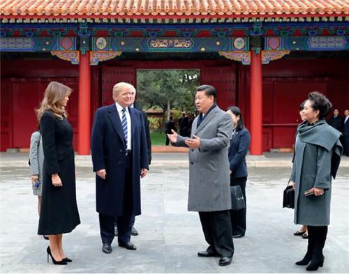 """29 习近平与彭丽媛邀请特朗普夫妇参观故宫。两国元首夫妇沿故宫中轴线,依次参观了太和殿、中和殿、保和殿,体会着三大殿中文名称中蕴含的""""和""""的中国文化传统。"""