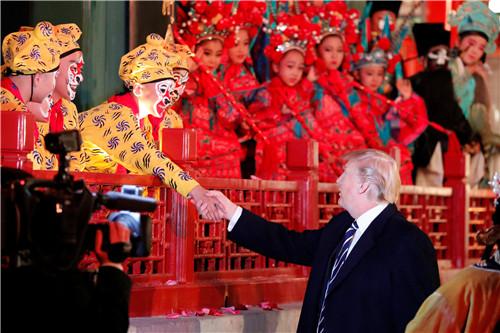 30 11月8日,特朗普夫妇欣赏了京剧《梨园春苗》《美猴王》《贵妃醉酒》三个精彩剧目,并和参演的演员交流。