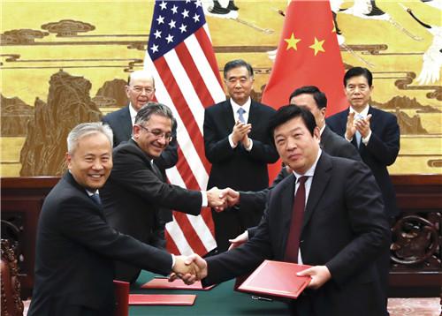 30 11月8日,国务院副总理汪洋在人民大会堂与美国商务部长罗斯共同见证特朗普总统访华部分商业成果的签约。