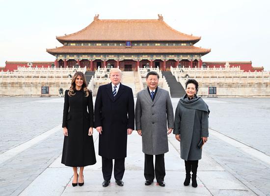 16 11 月8 日,国家主席习近平和夫人彭丽媛陪同来华进行国事访问的美国总统特朗普和夫人梅拉尼娅参观故宫博物院。新华社