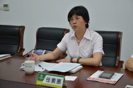 1、江阴农商行行长任素惠介绍服务中小微企业的情况 摄影 陈瑜