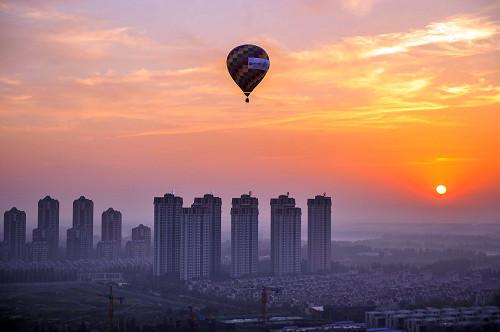 p16  2017 年7 月11 日,在京津冀交界处,热气球从河北廊坊起飞,飞越天津武清,最后在北京地区降落。 视觉中国