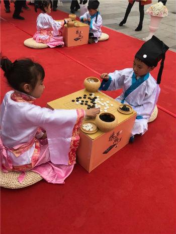 围棋小朋友在开幕式上下棋  夏一仁摄