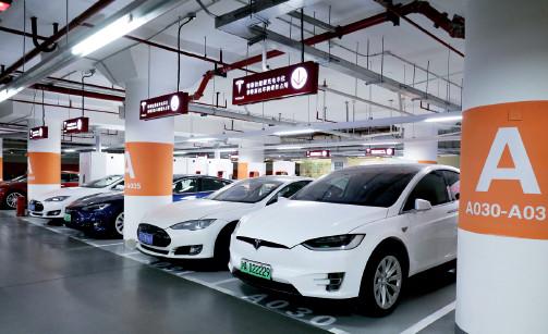 p56 特斯拉表示,上海超级充电站丰富了长三角地区的超充网络,使该地区的超级充电桩数量达到294 个。
