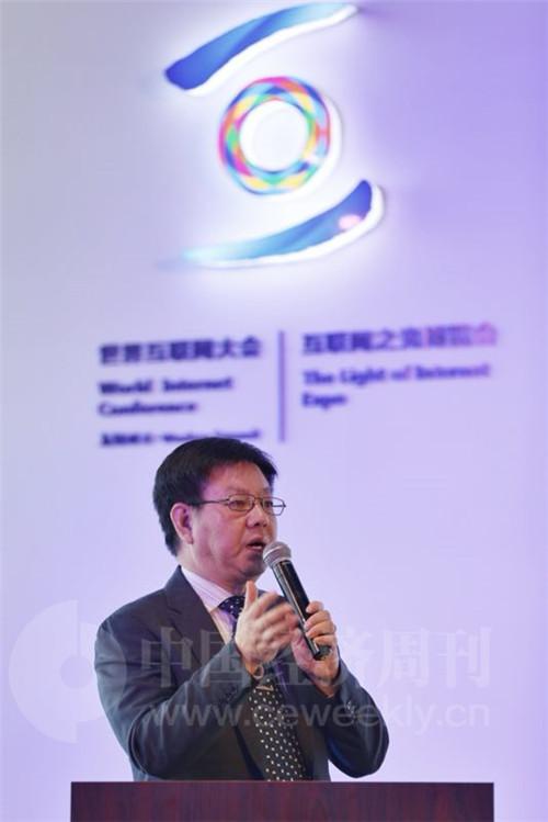 东土科技首席科学家周洪波博士发布现场对产品进行讲解 肖翊摄影