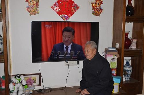 10月18日上午,金溪县国税局91岁高龄、视力不佳的离休老干部老党员朱天补同志早早地坐在电视机前收听十九大报告全文。