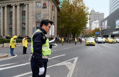 p28 12 月13 日上午10 点01 分,南京新街口 ,行人止步、车辆鸣笛、民警脱帽,向南京大屠杀死难同胞默哀。