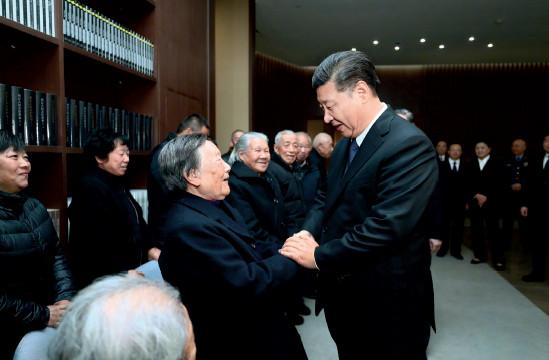 p27 ▲习近平总书记在出席南京大屠杀死难者国家公祭仪式后,亲切会见了南京大屠杀幸存者代表和为中国人民抗日战争胜利作出贡献的国际友人亲属代表。