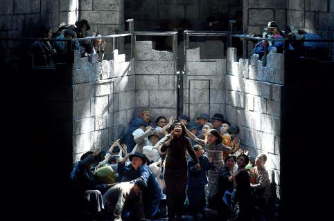 p28(2) ▲ 12 月13 日晚,原创歌剧《拉贝日记》在南京市江苏大剧院迎来首演。该剧以80年前南京大屠杀为背景,再现了那段黑暗的历史中,一群外国友人坚守人道主义精神,建立起安全区,保护手无寸铁的普通南京市民。