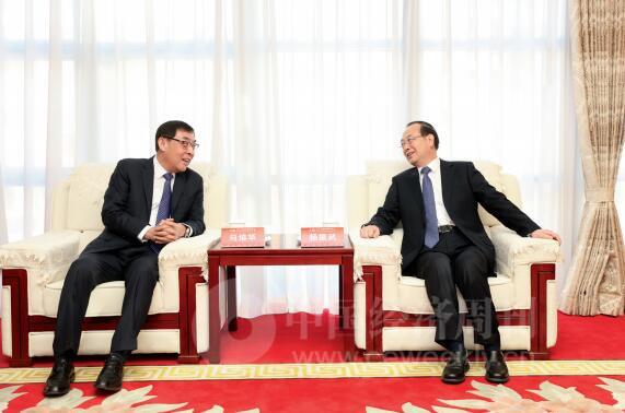 p18-全国政协副主席马培华(左)与人民日报社社长杨振武亲切交谈《中国经济周刊》首席摄影记者 肖翊 摄