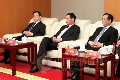 p20-2-人民日报社副总编辑吕岩松(右一)与出席论坛的嘉宾交流-《中国经济周刊》首席摄影记者 肖翊 摄