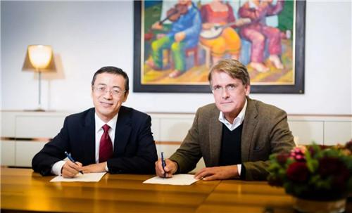 李东辉先生(左)与Christer Gardell先生(右)签署股权收购协议