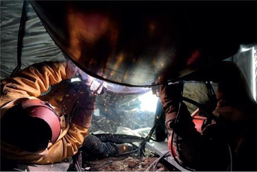 20 焊工正在焊接管道 视觉中国