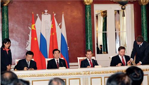 27 2009年6月,时任国家主席胡锦涛与梅德韦杰夫总统会谈后,两国元首出席了天然气煤炭等领域合作文件的签字仪式。