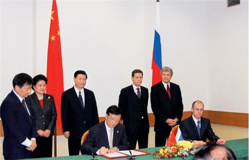 28 2009年,在时任国家副主席习近平和时任国务委员刘延东见证下,由我和俄罗斯原子能工业公司总裁基里连科、地区发展部长签署了能源合作和地区合作的文件。