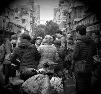 33 2018年元旦, 钱宝网的一部分投资者聚集在南京市公安局旁边一起商讨对策。《中国经济周刊》记者 刘照普 摄
