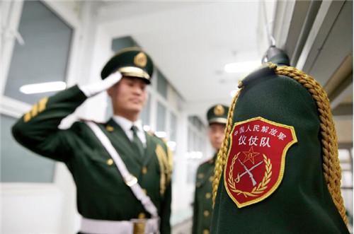 51 经中共中央批准,自2018年1月1日起,由人民解放军担负国旗护卫和礼炮鸣放任务。此前,自1982年以来,这一任务一直由武警担任。