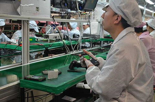 空港功能区的企业工人加工生产品牌手机