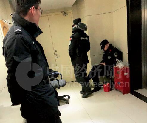 27-2 蛙宝网在南京河西奥体名座E 座9 楼的办公室被警方查封后,日夜有特警在门前看守。 《中国经济周刊》记者 刘照普I 摄