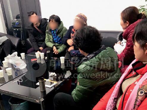27-3 1 月9 日晚上6 点多,在南京河西万达广场写字楼丽州平台办公室,近二十位投资者在商议金光荣跑路后的对策。《中国经济周刊》记者 刘照普I 摄