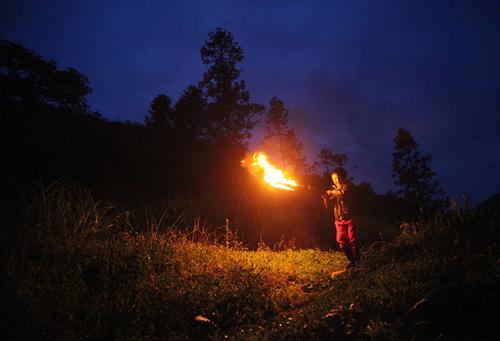 42 2015 年6 月19 日,湖北宜昌,五峰大山里年仅7岁的裴先知打着火把前往5 公里外的学校求学。由于当地扶贫基金的帮扶名额只有20 名,除了家庭困难外还需品学兼优才能受到资助。裴先知由于成绩不算突出,即便家庭困难也够不上资助条件。
