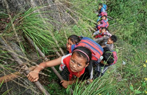 45-1 2016 年5 月14 日,四川凉山彝族自治州昭觉县支尔莫乡阿土勒尔村,放学的孩子们攀爬藤梯回家。村里通向外界,需要顺着悬崖断续攀爬17 条藤梯,其中接近村庄的几乎垂直的两条相连的藤梯长度约100 米,该村因此被称为悬崖村。支尔莫乡党委书记阿皮几体说,他知道的在这条路上摔死的就有七八人,摔伤的人更多。悬崖村的情况引发强烈反响后,当地投入资金150 多万元,经过3 个多月的施工,将原来的藤梯换成了钢梯。