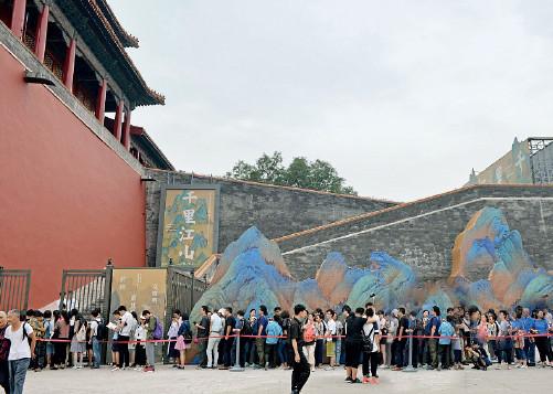 p23 2017 年,《千里江山图》在故宫展出,吸引了大量参观者。