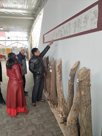徐州楚汉书画院马世和院长在巡回展上与书画名家互相交流