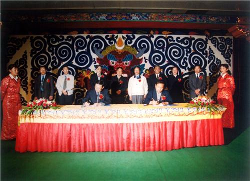 在西宁,铁道部与西藏自治区签署合作建设青藏铁路协议