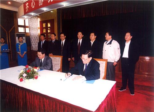 在西宁,铁道部与青海省签署建设青藏铁路协议