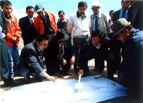 在拉萨向巴平措市长陪同下考察拉萨市内铁路路线