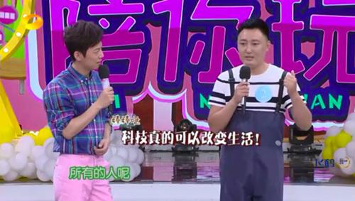 """""""海鲜哥""""(右)在《快乐大本营》与何炅互动_副本"""