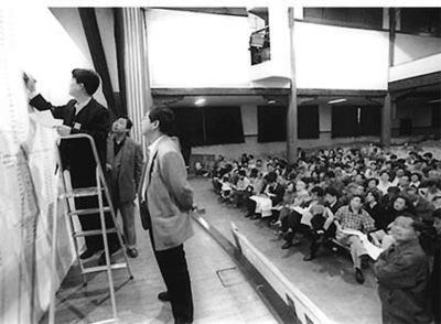 22 1998 年7 月,国务院发布《关于进一步深化城镇住房制度改革加快住房建设的通知》,宣布从同年下半年开始全面停止住房实物分配,实行住房分配货币化。此后,由国家分配的福利性住房逐渐消失,政策性住房、商品房迎来快速发展。