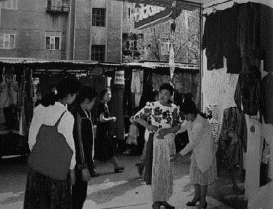 31 城市中露天的服装市场