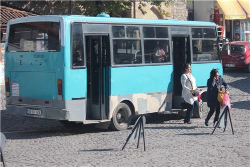 33-3 ③ 2015 年11 月摄于土耳其番红花城。旧城与新城之间的穿梭中巴, 票价非常便宜。