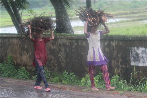 34-1 2016 年7 月摄于孟加拉国科克斯巴扎尔。当天下大雨, 呆在旅馆里实在太闷, 就干脆披起雨衣, 并撑雨伞奔向世界上最长的海滩。