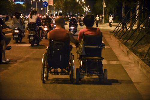 35 大明和雨青同为高位截瘫患者,幸运的是大明的双手仍健全,并肩前行的路上他为雨青控制轮椅
