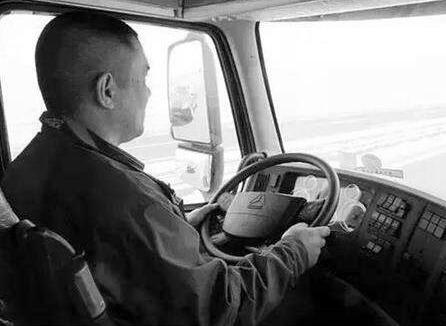p40-从新中国成立到上世纪90年代,在近50 年的时间里,作为工人阶级中的代表,司机一直是普通大众最羡慕并向往的职业之一。如今,这个职业面临着无人驾驶和智能驾驶的冲击。