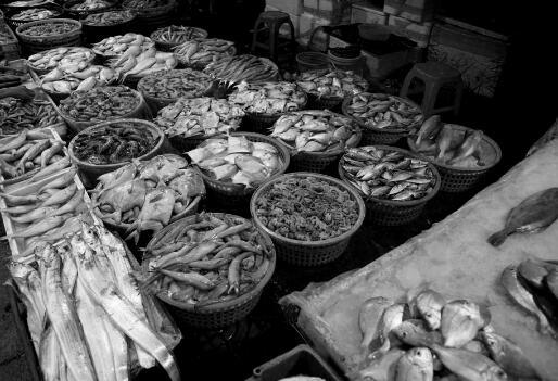 """p62-在海鲜市场上,人头攒动车水马龙,各种叫卖吆喝。摊主们纷纷拿出""""压箱底""""海货,趁着每天的客流高峰,卖上个好价钱。入冬以来, 海鲜的价格普遍都出现了上涨,无论是虾、蟹、鱼还是贝类,涨幅都在30% 到40% 左右。"""