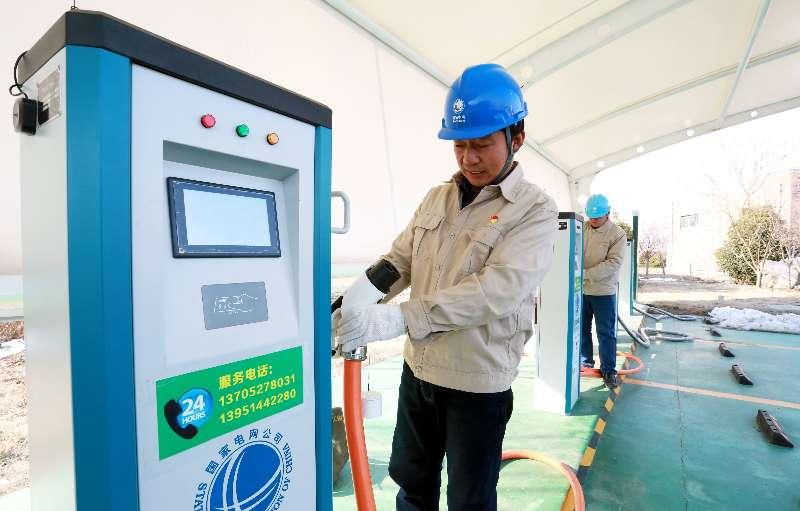 1、国网江苏电力公司工作人员在检查高速公路电动汽车充电设施 摄影 任飞